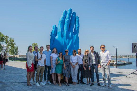 Відкриття румунської скульптури Middle Way